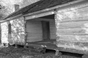 Dogtrot log house built in 1818 at Pond Spring (Photo by Marjorie Kaufman)